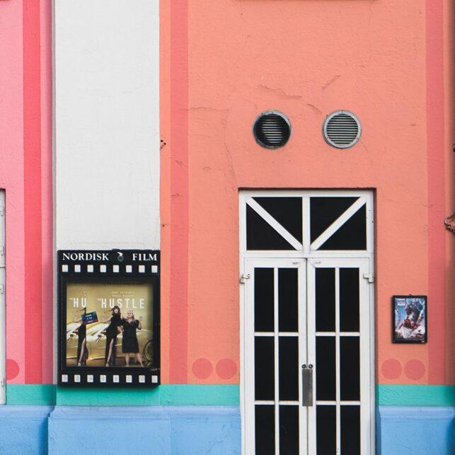 Fargerik fasade og syklist, fotokunst veggbilde / plakat av Tor Arne Hotvedt