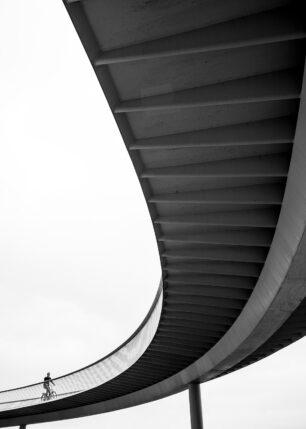 Sykkelbro i København i svart-hvitt. Av Tor Arne Hotvedt