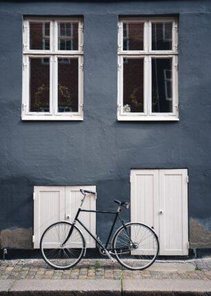 Sykkel mot en vegg i Københavns gater. Av Tor Arne Hotvedt