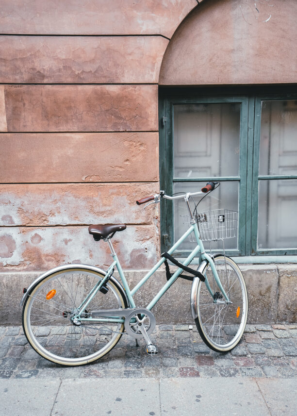 Sykkel mot en vegg i Københavns gater, fotokunst veggbilde / plakat av Tor Arne Hotvedt