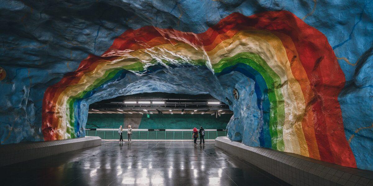 Regnbue på himmelblå vegg i Stockholm, fotokunst veggbilde / plakat av Tor Arne Hotvedt