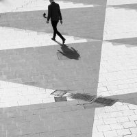 To personer som går på sorte og hvite trekanter, fotokunst veggbilde / plakat av Tor Arne Hotvedt