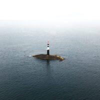 Et enslig fyrtårn på sin egen øy ved Atlanterhavsveien, fotokunst veggbilde / plakat av Tor Arne Hotvedt