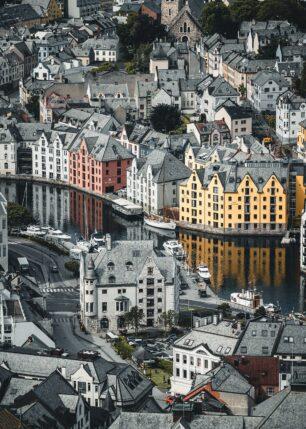 Speilbilde av fine bygninger i Ålesund, fotokunst veggbilde / plakat av Tor Arne Hotvedt
