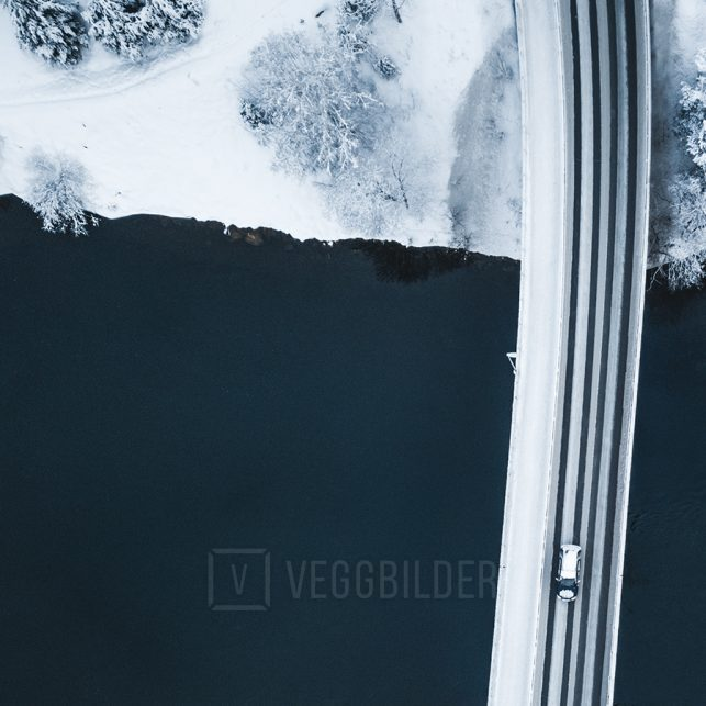 Dronebilde av en bru i Nesbyen, en bil kjører over Hallingdalselva, fotokunst veggbilde / plakat av Tor Arne Hotvedt