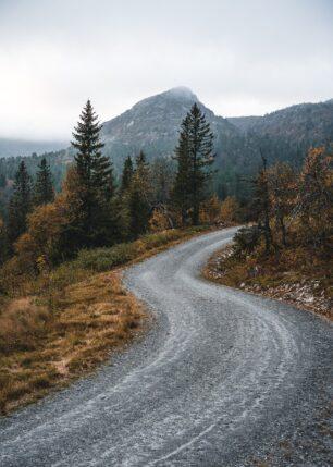 Grusvei formet som en S på Lifjell, fotokunst veggbilde / plakat av Tor Arne Hotvedt
