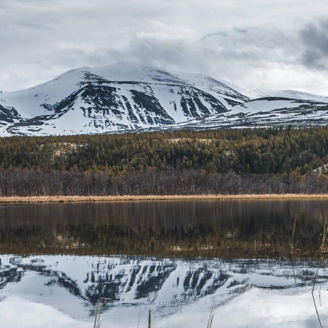 Snøkledde fjell i Rondane speiler seg, fotokunst veggbilde / plakat av Tor Arne Hotvedt