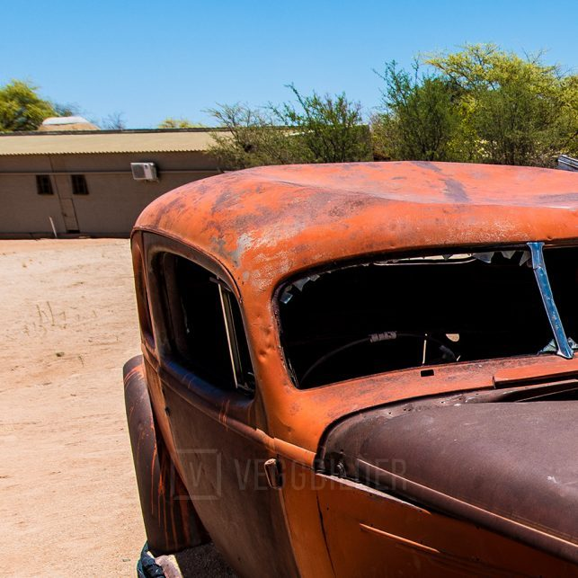 Bilvrak i ørkenen II, fotokunst veggbilde / plakat av Terje Kolaas