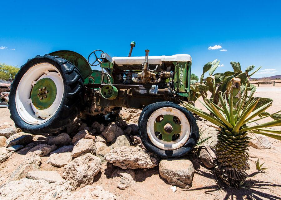 Forlatt traktor i ørkenen av Terje Kolaas