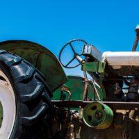 Forlatt traktor i ørkenen, fotokunst veggbilde / plakat av Terje Kolaas