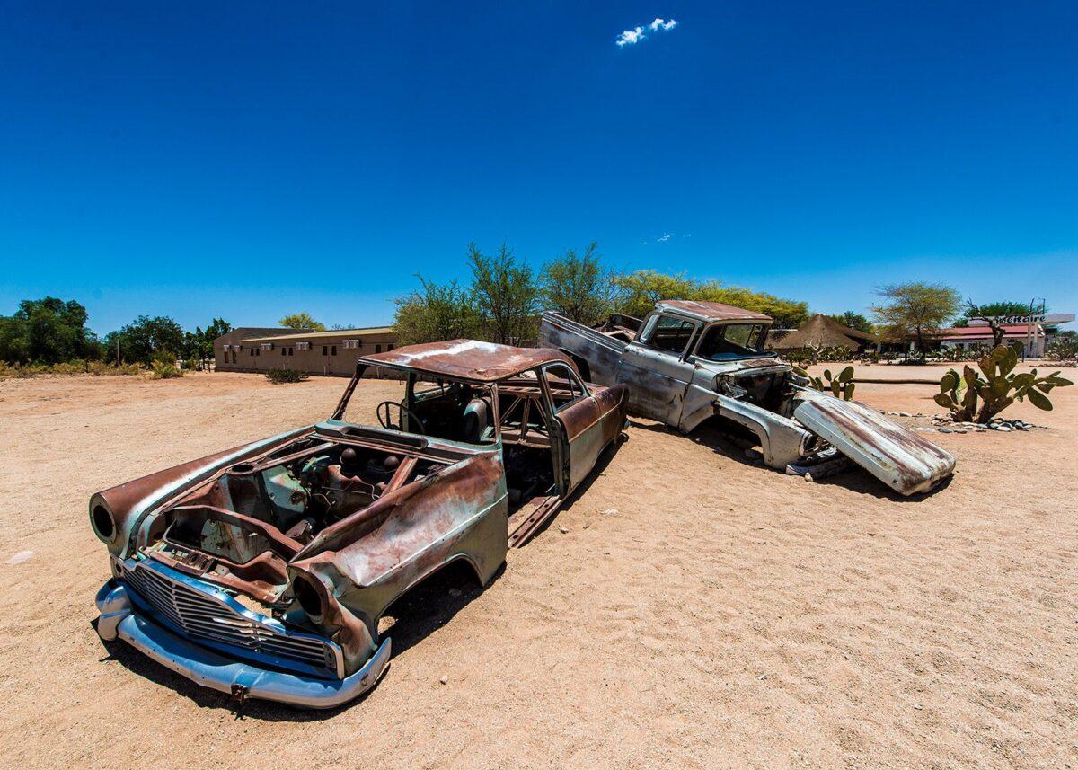 Bilvrak i ørkenen III, fotokunst veggbilde / plakat av Terje Kolaas