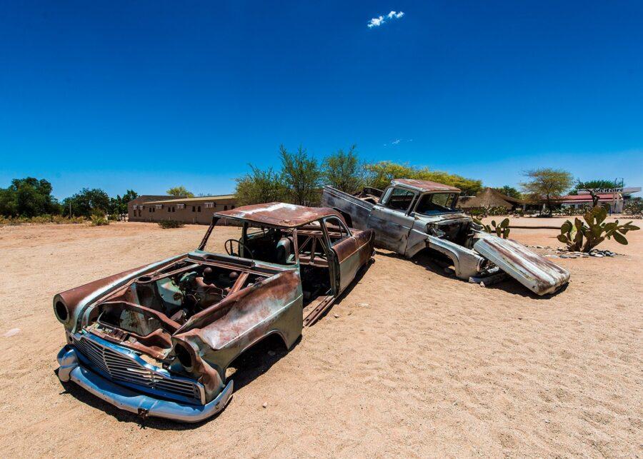 Bilvrak i ørkenen III av Terje Kolaas