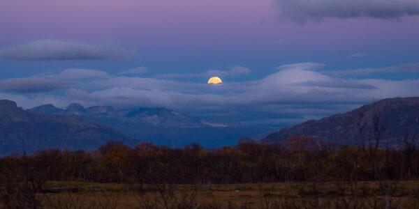 Måne over Helgeland, fotokunst veggbilde / plakat av Terje Kolaas