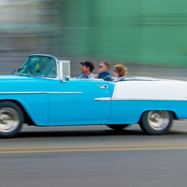 Blå kabriolet i Havana, fotokunst veggbilde / plakat av Terje Kolaas