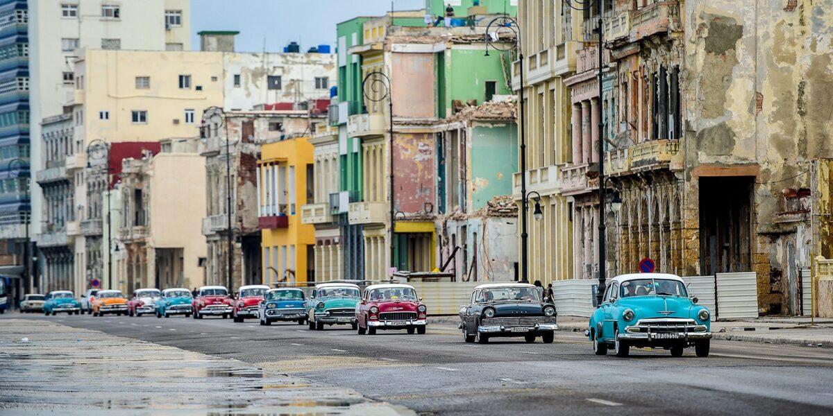 Veteranbiler i konvoi på Cuba, fotokunst veggbilde / plakat av Terje Kolaas
