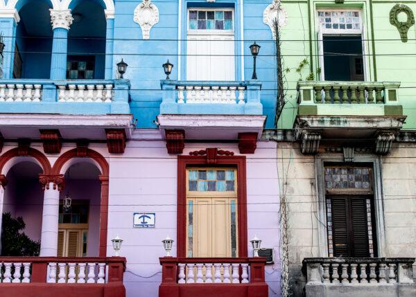 Fargerik fasade i Havanna, fotokunst veggbilde / plakat av Terje Kolaas