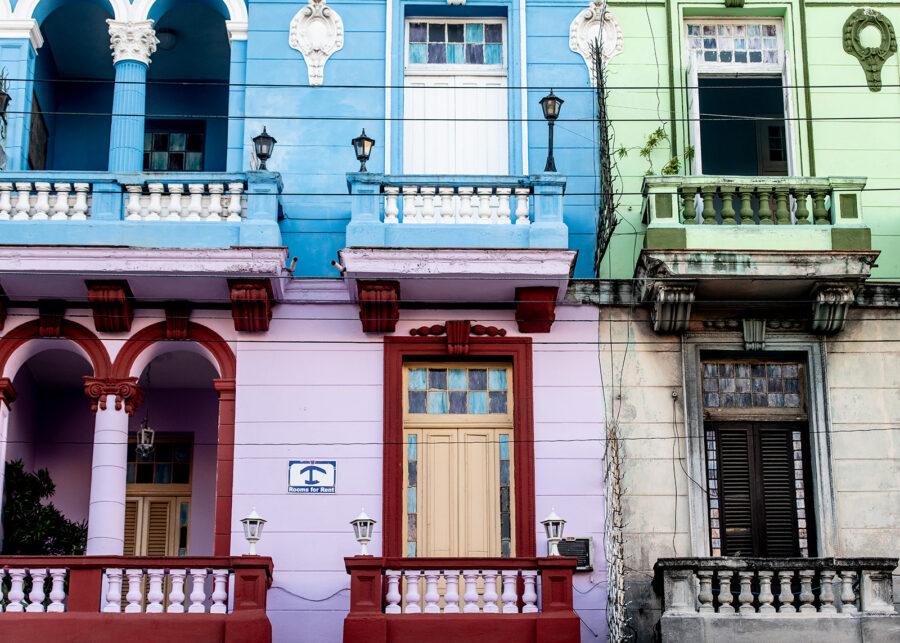 Fargerik fasade i Havanna av Terje Kolaas