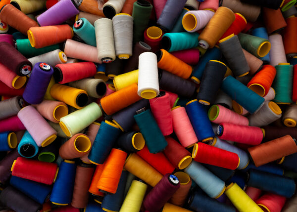 Sytråd i alle regnbuens farger, fotokunst veggbilde / plakat av Terje Kolaas
