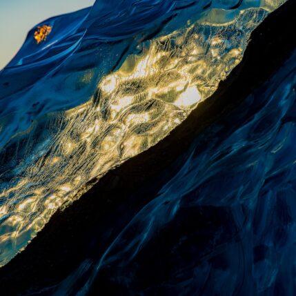 Detalj fra det edle isfjellet II, fotokunst veggbilde / plakat av Terje Kolaas