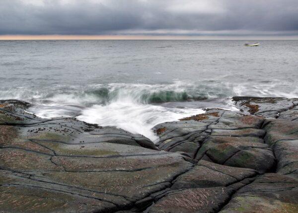 Stemningsfylt bilde av en fisker på hjem fra havet, fotokunst veggbilde / plakat av Tom Erik Smedal