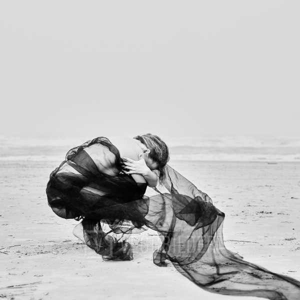 Rebecca på stranden av Tom Erik Smedal