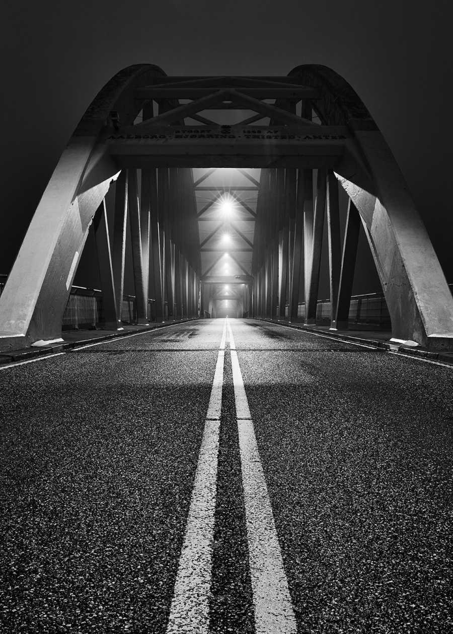 """""""Bridge over troubled water"""" sort-hvitt av Tom Erik Smedal"""
