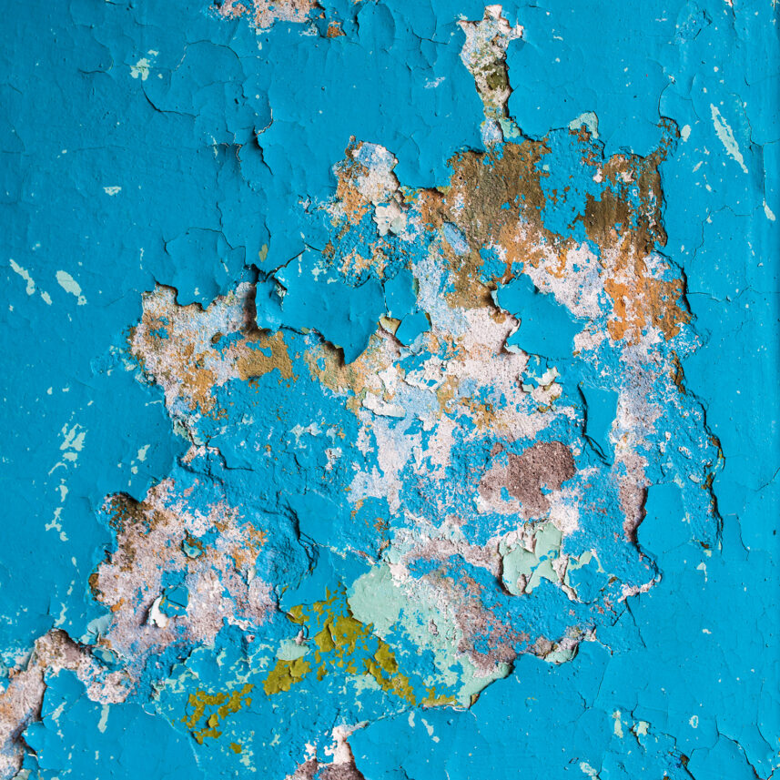 Flassende maling på blå vegg, fotokunst veggbilde / plakat av Thor Håkon Ulstad