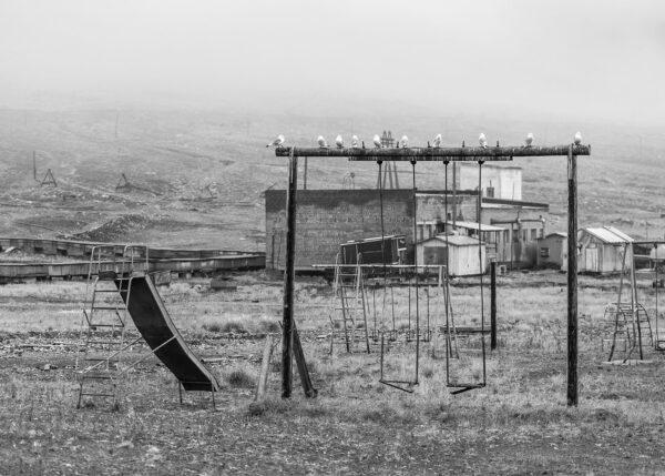 En lekeplass i sort hvitt med fugler på lekeapparatene, fotokunst veggbilde / plakat av Thor Håkon Ulstad