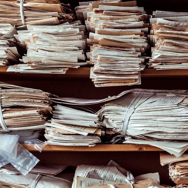 Dokumenter liggende forlatt i en hylle, fotokunst veggbilde / plakat av Thor Håkon Ulstad