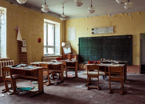 Et forlatt klasserom med masse ting, fotokunst veggbilde / plakat av Thor Håkon Ulstad
