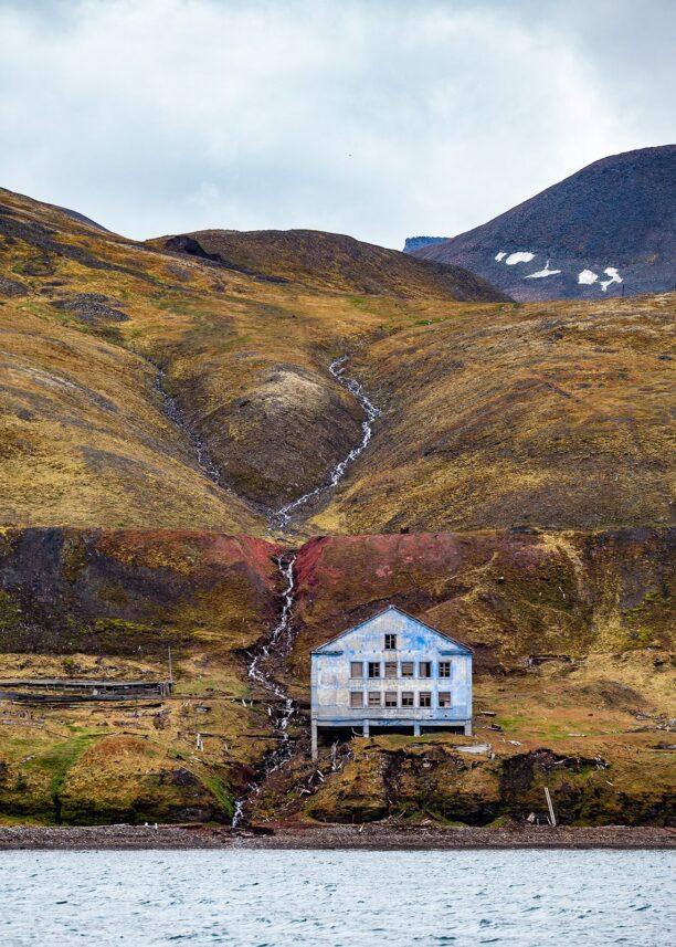 Grumantbyen på Svalbard med bygning sett fra havet, fotokunst veggbilde / plakat av Thor Håkon Ulstad