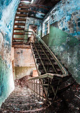 En forlatt trapp som har forfallt, fotokunst veggbilde / plakat av Thor Håkon Ulstad