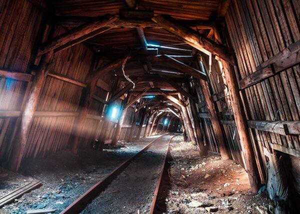 En togtunnel hvor sola skinner igjennom, fotokunst veggbilde / plakat av Thor Håkon Ulstad