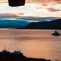 Rester etter gruvedrift i solnedgang på Svalbard, fotokunst veggbilde / plakat av Thor Håkon Ulstad