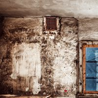 Et forlatt kontor som er tydelig nedslitt, fotokunst veggbilde / plakat av Thor Håkon Ulstad