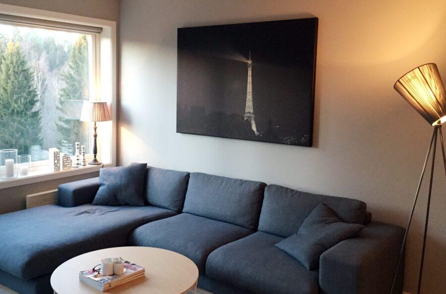 Eiffeltårnets lys i Paris-natten